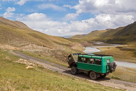 山道で壊れたトラック。アジア、キルギス、天山