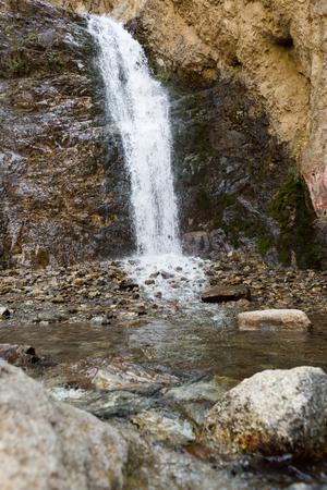 イシク Ata の谷の最初の滝。高速シャッター スピード、キルギスタン