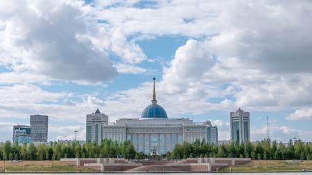 イシム川の堤防からアスタナ、カザフスタン - 2016 年 9 月 6 日: 大統領宮殿 Akorda ビュー