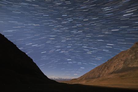 線の形の星の痕跡。山の中を表示します。キルギス 写真素材