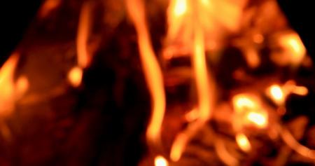 たき火のクローズ アップ。夜。デフォーカス