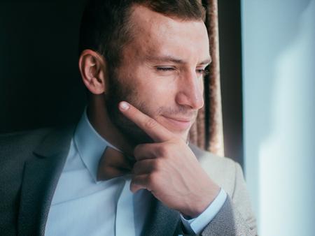 Sexy man in tuxedo and bow tie posing. Standard-Bild - 117760404
