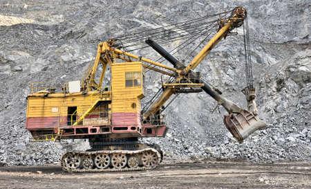 dredging tools: big dredge digs a iron ore