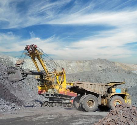 camion minero: La carga de mineral de hierro en vertedero muy grande-caja del cami�n