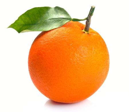 Orange con hojas sobre un fondo blanco