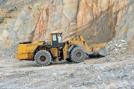 pale caricatrici 13672100-wheel-loader-machine-unloading-rocks-in-the-open-mine-of-iron-ore