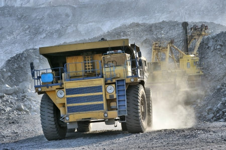 camion minero: La carga de mineral de hierro en vertedero muy grande-caja del camión