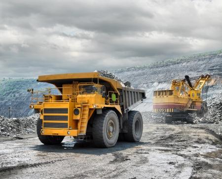 camion: La carga de mineral de hierro en vertedero muy grande-caja del cami�n