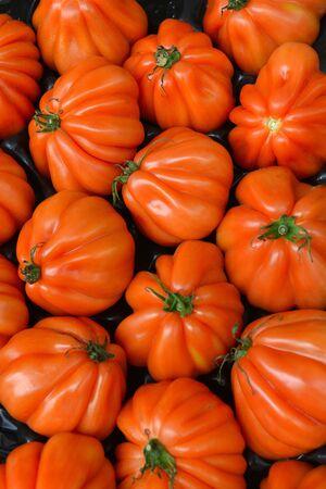 tomaten op de teller van de winkel Stockfoto