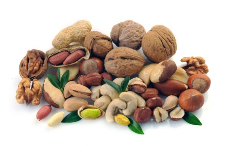 avellanas: Cacahuetes, anacardos, pistachos, almendras, nueces, avellanas, nueces del Brasil y sobre un fondo blanco Foto de archivo