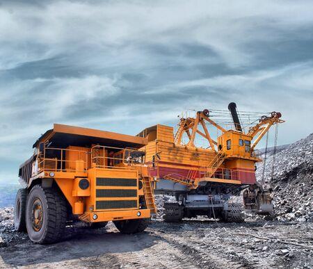 camion minero: La carga de mineral de hierro en muy gran cuerpo cami�n volcado Foto de archivo