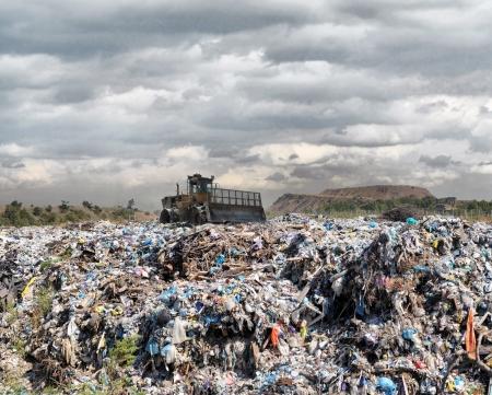çöplük: buldozer gıda ve endüstriyel atıklar gömer
