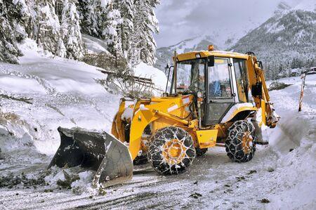 ploegen: clearing wegen van sneeuw en omgevallen boom Stockfoto
