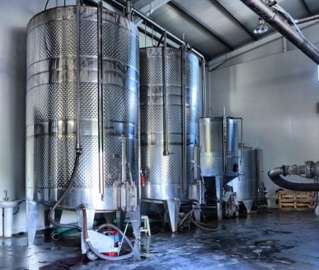 강철: 와이너리 내부 행에있는 스테인리스 스틸 와인 통