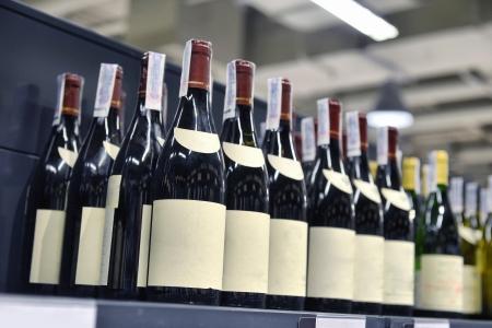 Rot-und Weißwein in Flaschen in Weinhandlung