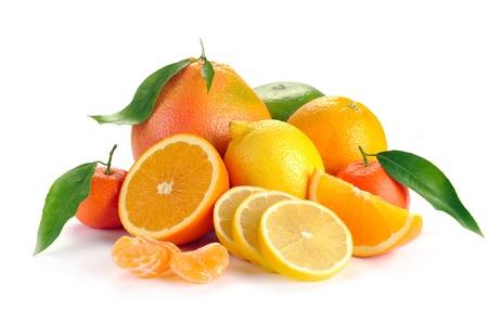 citricos: conjunto de los c�tricos con hojas sobre fondo blanco