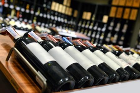 bouteille de vin: Vin rouge et blanc dans des bouteilles de vin de la boutique
