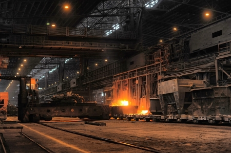 smelting of the metal in the foundry 新闻类图片