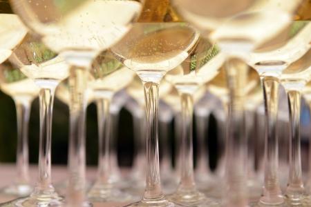 botella champagne: Vasos de vino en la mesa de partes de fondo - Foto de archivo