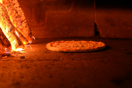 woodfired: Pizza cooking in a tradition oven