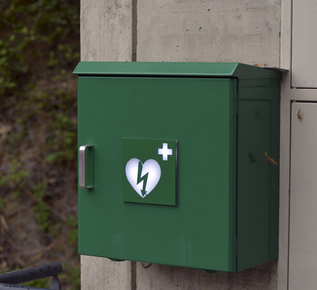 cardioverter: Green box with defibrillator (defibbrillateur)