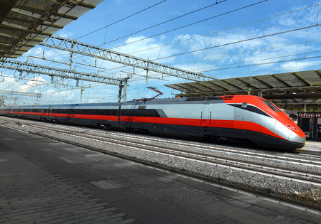 on train: tren de alta velocidad en la estaci�n de tren de la ciudad europea