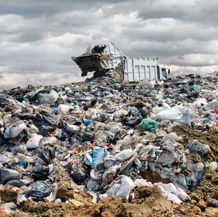 basura: Basura descarga de camiones en el vertedero
