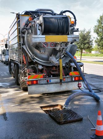 desague: camión de limpieza bombea el drenaje de agua Foto de archivo