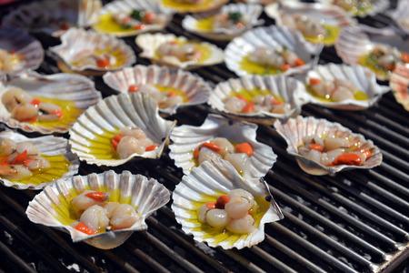 petoncle: pétoncles à la braise, Cuisine italienne Banque d'images