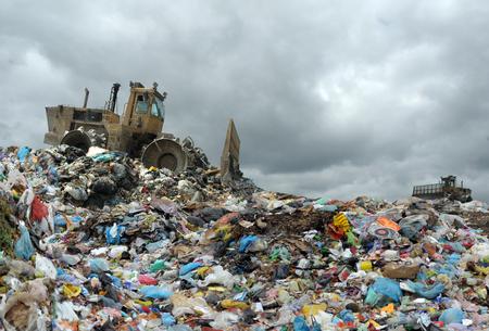 Müllwagen Entladen auf der Deponie Standard-Bild