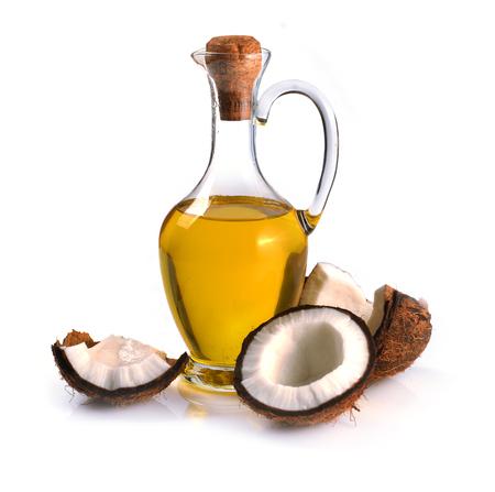 cocos y aceite de coco sobre un fondo blanco