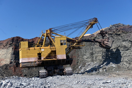 excavadora trabaja con granito u mineral en minería a cielo abierto Foto de archivo