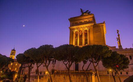 Ruines du Forum romain la nuit. Bâtiments gouvernementaux antiques dans le centre de Rome, Italie. Banque d'images