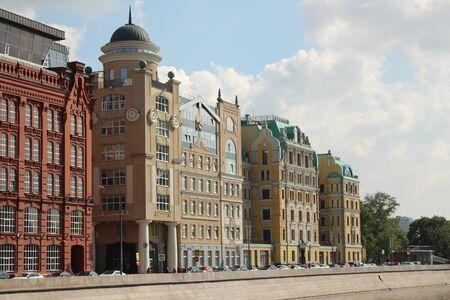 empleadas domesticas: Yakimanskaya Quay, 212 (ex trabajadores cuarteles Golutvinsky manufactura productos de Asia Central y domésticos). Moscú