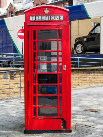 cabina telefonica: Classic red phone booth in Windsor England near London.