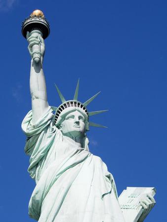 La estatua de la libertad en un día soleado en el puerto de la ciudad de Nueva York.