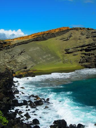 緑の砂は、緑のビーチを作成するハワイ島の火山岩から自然に形成されます。