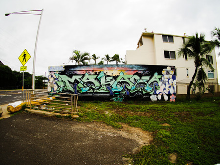 Een mening van de straat en de gebouwen met graffiti van Makaha een stad op Oahu Hawaï. Redactioneel
