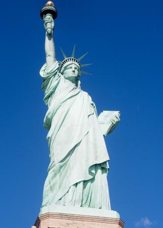 La estatua de la libertad en un día soleado en el puerto de la ciudad de Nueva York. Foto de archivo