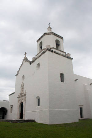 A historic white stucco Spanish mission church at Goliad State Park and Historic Site in Goliad, Texas. Standard-Bild