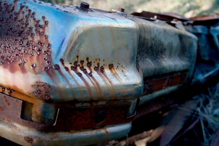 The rusted ruins of an old automobile left to rust. Banque d'images
