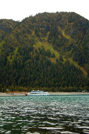 A small whale watching cruise shipped docked at Fox Island near Seward, Alaska. Standard-Bild