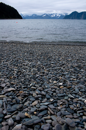 A beach made of smooth stones on Fox Island near Seward, Alaska. Standard-Bild