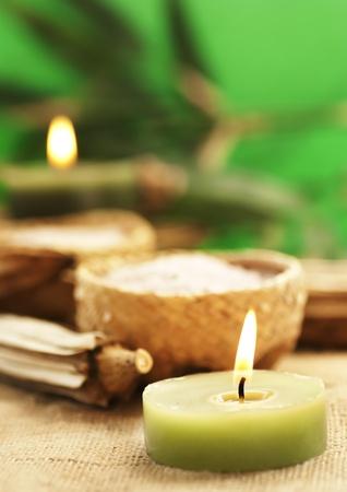 Ljus med aromatiskt bad salt i rustika halm skålar.