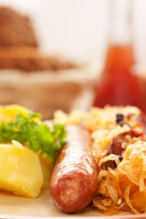 comida alemana: Salchichas con patatas y chucrut panes y pan
