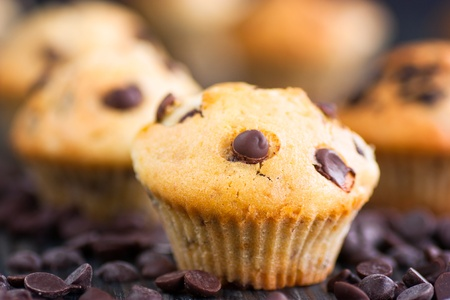 pasteles: Magdalenas vainilla con chispas de chocolate. Profundidad de campo.