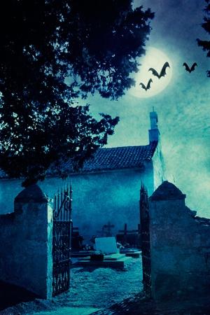 Halloween illustration med spöklik kyrkogård och fullmåne Stockfoto