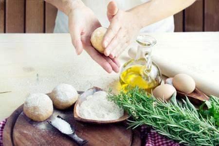 aceite de cocina: La mujer es amasar bolas de masa.