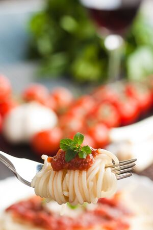 pasta salad: Spaghetti with tomato sauce and ingredients. Cherry tomatoes, onions, garlic and parsley.
