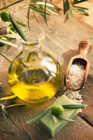 Paradis naturel avec des produits d'huile d'olive et d'olive: sels de bain, savon naturel et d'huile d'olive.